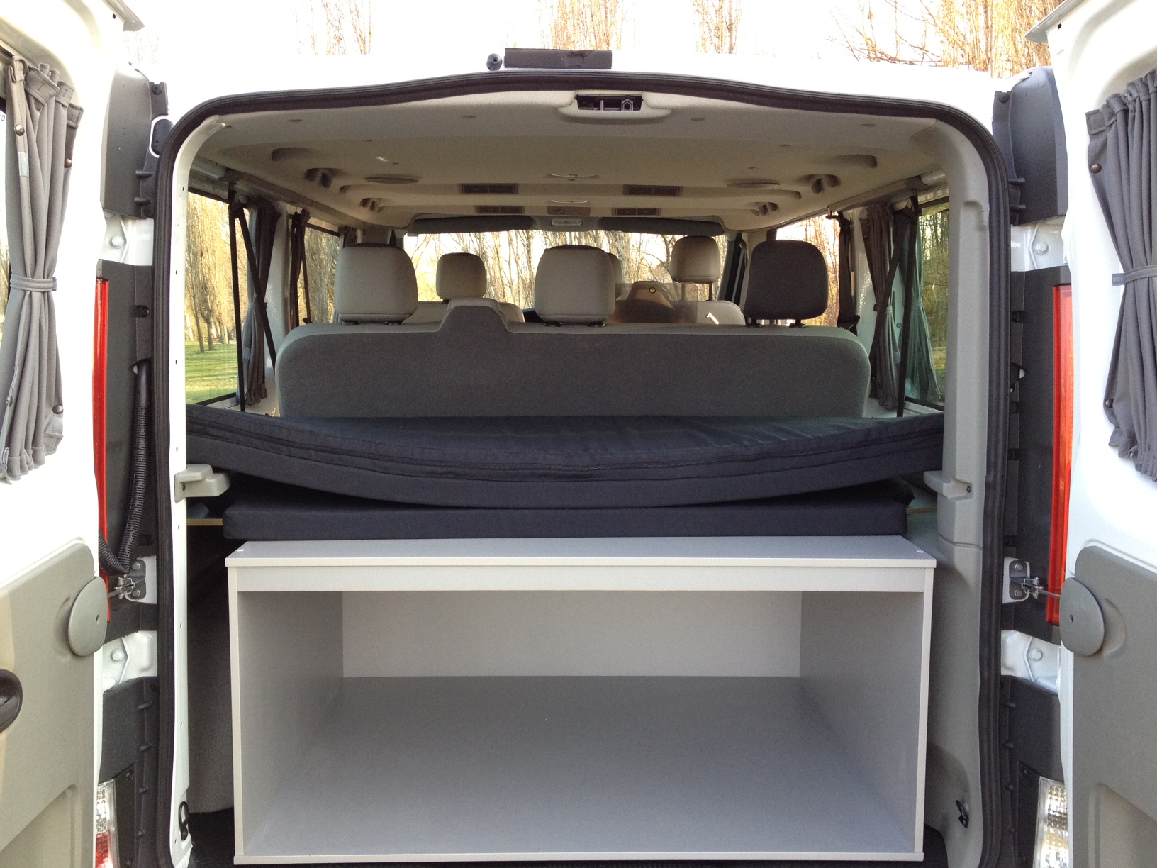 alquilar camper low cost modelos nissan primastar o opel vivaro. Black Bedroom Furniture Sets. Home Design Ideas